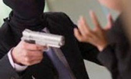 Con la pistola in gioielleria in centro a Saronno: si cercano i rapinatori