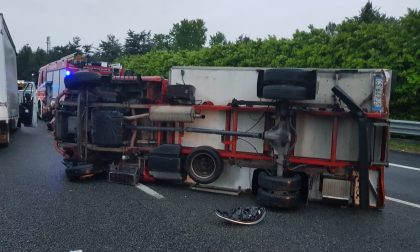 Camion ribaltato in autostrada, traffico in tilt