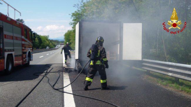 Veicolo in fiamme sull'autostrada A8 FOTO e VIDEO