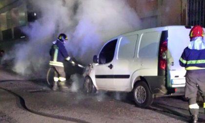 Bruciano furgone e auto, due roghi nella notte