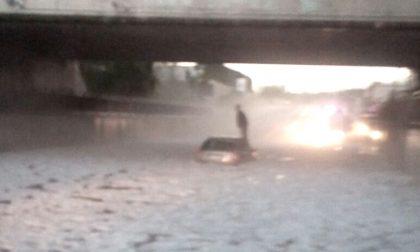 Bomba d'acqua auto bloccata nel sottopasso: salvati