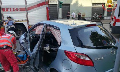 Scontro tra due auto a Busto Arsizio, due feriti FOTO