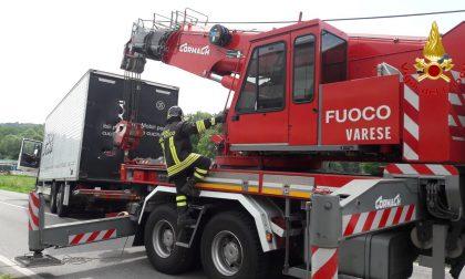 Camion fuori strada a Cocquio Trevisago FOTO