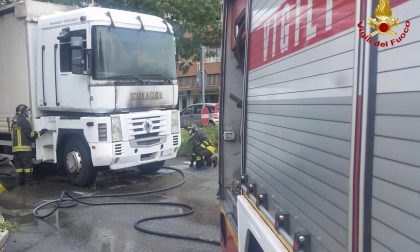 Autoarticolo della scuola guida prende fuoco