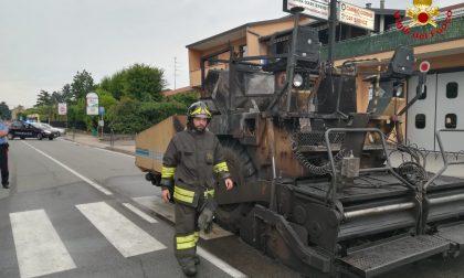 Asfaltatrice in fiamme, pompieri al lavoro a Olgiate