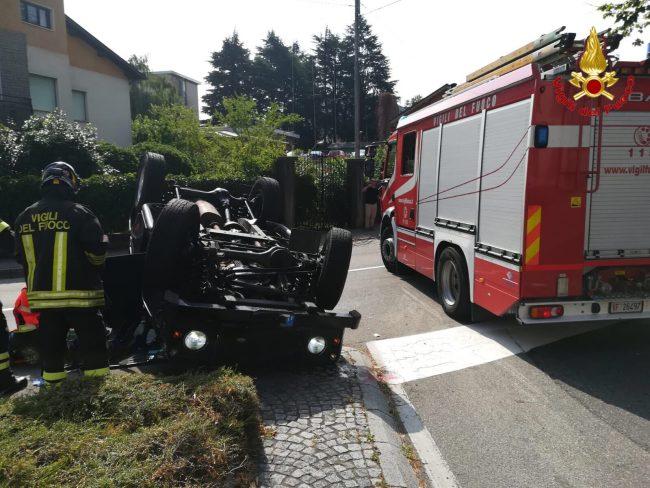 Auto si ribalta a Luino, soccorse due persone FOTO