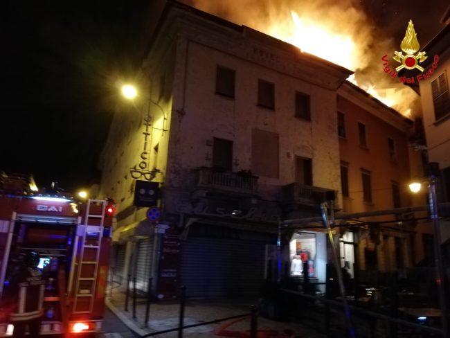 Due stabili a fuoco nella notte, 3 famiglie evacuate FOTO e VIDEO