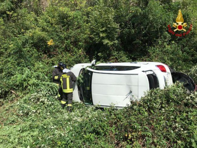 Scontro tra due auto a Tronzano, una si ribalta FOTO