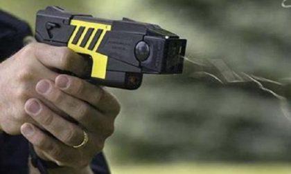 Taser alla Polizia locale, riparte la sperimentazione: Regione pronta a un bando