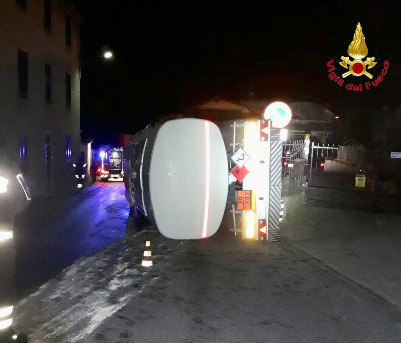 Si ribalta cisterna a Cuasso al Monte, gasolio sulla sede stradale FOTO