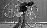 Ruba bici in un cortile a Castano: poliziotto ferma buscatese