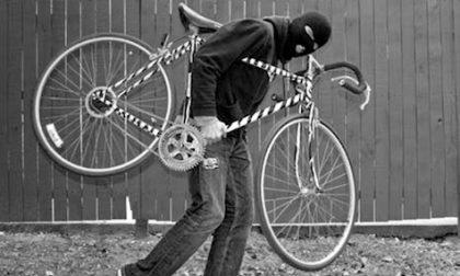 """Tradatese tenta di rubare una bici fuori dall'ospedale di Busto, arriva la Polizia: """"Lasciatemi in pace"""""""