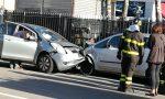 Perde il controllo e si schianta contro un'auto parcheggiata – LE FOTO