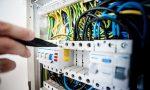 Ruba energia elettrica per illuminare casa sua: denunciato