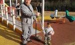 Luigi Morelli pulisce ogni giorno il parco giochi, è il nonno di tutti i bambini