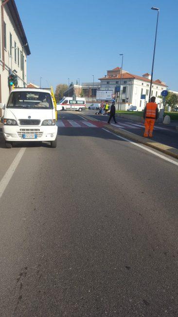 Cade in bicicletta sulla Varesina per colpa di un tombino