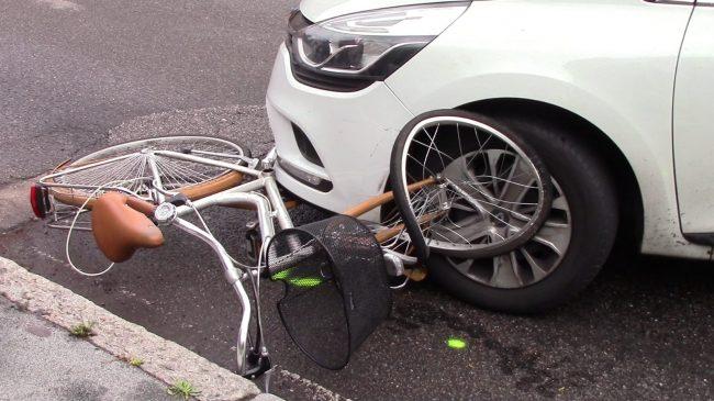 Ciclista investita all&#8217&#x3B;incrocio, paura a Legnano