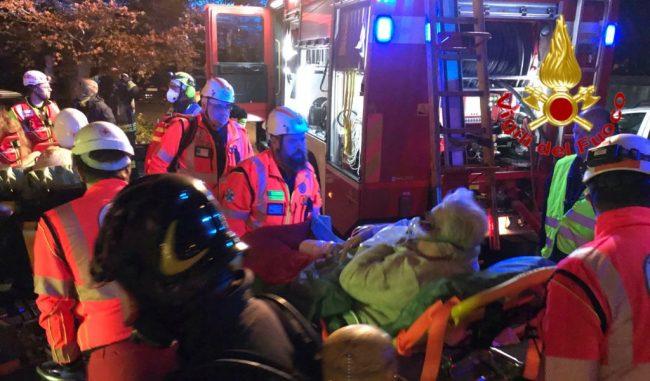 Incendio nelle cantine, condomini intrappolati: 21 persone tratte in salvo VIDEO e FOTO