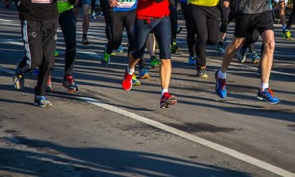 Troppe buche sul percorso del Running Day: rattoppi d'emergenza  sui sampietrini