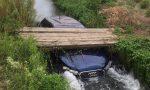 Buscate, auto finisce nel canale – LE FOTO