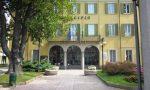 """Malnate, la scultura """"L'Abbraccio dell'Olmo"""" trova casa in municipio"""