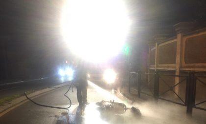 Motorino in fiamme: pompieri in azione