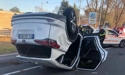 Schianto a Fagnano, un'auto si ribalta FOTO