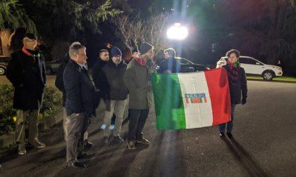 """Protesta Anpi fuori dall'incontro su """"Ambiente e Servizi Sociali"""" patrocinato dal Comune: dentro c'è Lattuada"""