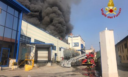 Gallarate, incendio in un'azienda di materie plastiche VIDEO
