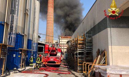 """Incendio alla Gallazzi a Gallarate, i Vigili del Fuoco: """"Voci allarmistiche, situazione sotto controllo"""""""