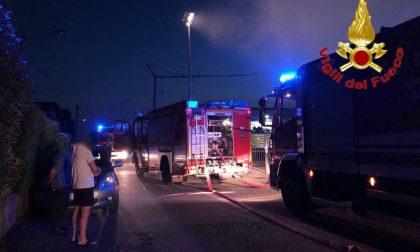 Incendio nella notte, in fiamme un magazzino a Fagnano