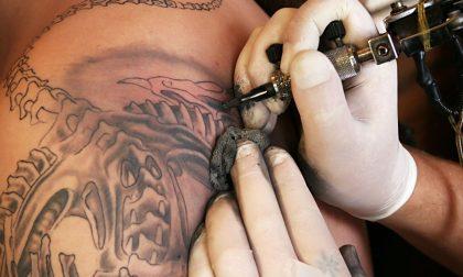 Tatuatori e piercer finalmente riconosciuti in Lombardia: approvata la legge