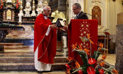 Saronno in festa: il sindaco consegna una targa a don Aldo per i 40 anni di sacerdozio FOTO