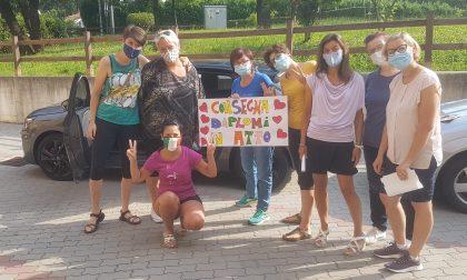 L'asilo Busti si fa delivery: i diplomi delle Volpi consegnati casa per casa dal Bustizon FOTO