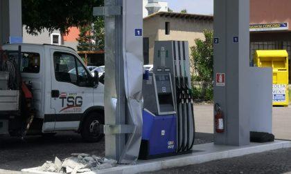 Con una ruspa rubano la colonnina del self service, colpo al distributore di benzina a Solaro