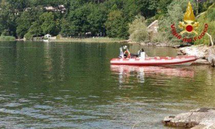 Inabissato mentre era nel lago, soccorso dagli altri bagnanti: è grave