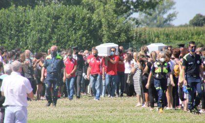 Bambini uccisi: applausi e Vasco Rossi per arrivo feretri