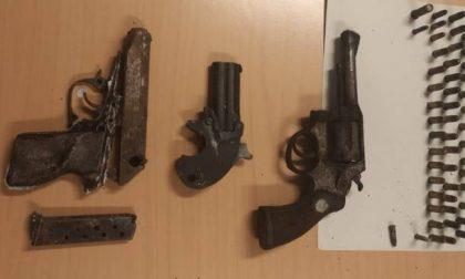 Jogging nel bosco, trovano armi e munizioni abbandonate