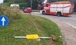 Plana sulla rotonda e finisce contro il guard-rail FOTO