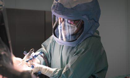 Intelligenza artificiale in sala operatoria: due robot per le operazioni al ginocchio VIDEO