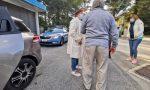 A piedi in autostrada: anziano salvato da un automobilista