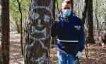 """Diavolo sull'albero nel bosco della droga, Cattaneo risponde con un dito medio a pusher e """"zombie"""""""