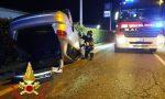 Incidente a tre a Casorate, un'auto si ribalta