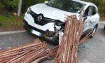 Il carico si stacca dal camion, auto distrutta dai ponteggi FOTO