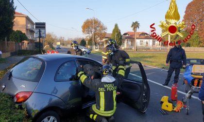 Incidente a Fagnano, conducente rimane incastrato nell'auto