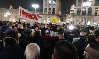 Commercianti in piazza Duomo contro il Dpcm, presente anche il Movimento Nazionale