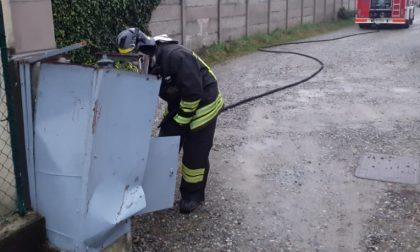 Il camion sbaglia manovra e colpisce un contatore: fuga di gas a Lazzate FOTO