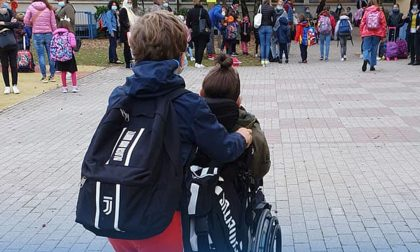 Azzolina, Luca e i suoi amici che ogni giorno lo accompagnano a scuola: da Malnate un esempio di inclusività