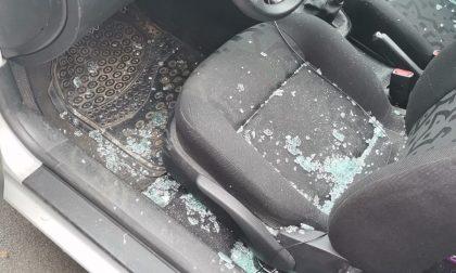 Finestrini infranti e gomme tagliate, nuovo raid vandalico a Locate