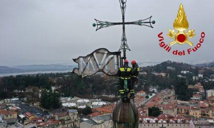 Tradizione rispettata: posata la corona sul campanile del Bernascone VIDEO e FOTO
